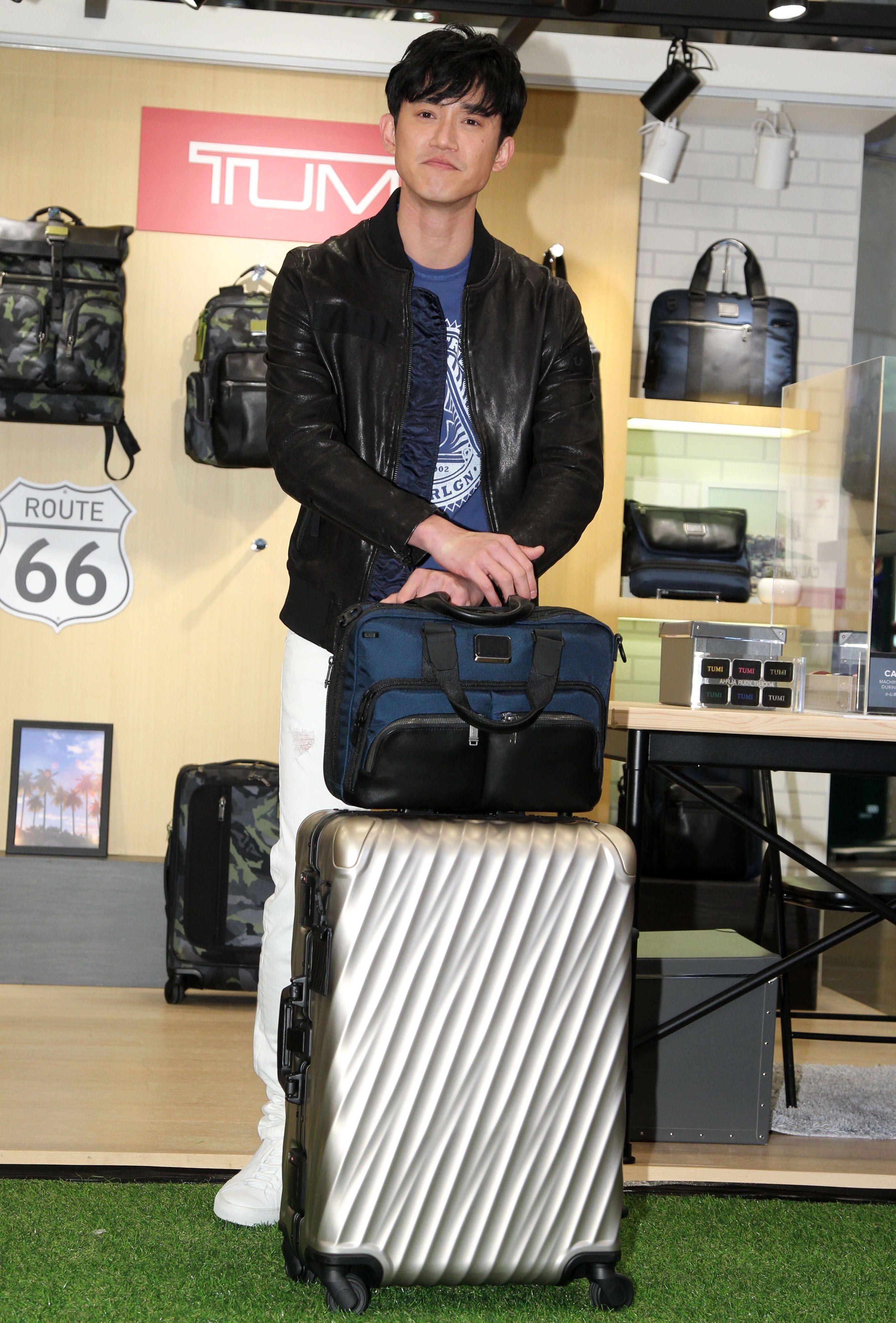 吳慷仁帥氣揹著旅行包想去冰島或西藏旅行。(記者邱榮吉/攝影)