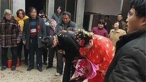 被逼的?19歲小新郎婚禮「眼神死」 網友一見新娘秒懂