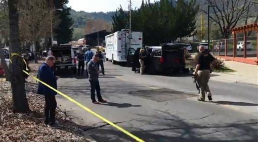 美國加州納帕郡周五發生一起槍擊案,一名退役軍人家中被槍手闖入,至少有3人遭挾持,目前現場已被封鎖,特種部隊與醫療救援團隊都已待命。(圖/翻攝自Brett Wilkison推特)