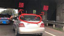 小孩貼狹窄擋風玻璃上國道 圖/爆怨公社