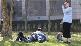 民眾把握好天氣 享受冬陽(1)中央氣象局預報指出,19日各地為多雲到晴,民眾把握好天氣,在草地上曬太陽。中央社記者鄭傑文攝 107年2月19日