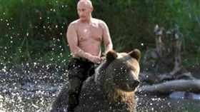 普丁騎熊_推特 https://twitter.com/X_USAF_E7/status/815029512652148736/photo/1?ref_src=twsrc%5Etfw&ref_url=https%3A%2F%2Fsputniknews.com%2Frussia%2F201803101062388224-putin-reveals-pictures-riding-bear-kgb%2