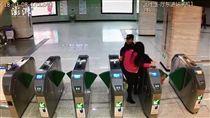 大陸女子搭地鐵拒安檢硬闖還掌摑安檢員(圖/翻攝自《澎湃新聞》)