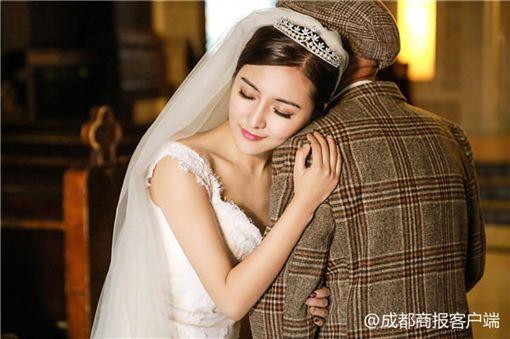 大陸成都女子符雪薇與爺爺符其全拍婚紗照(圖/翻攝自《成都商報》)