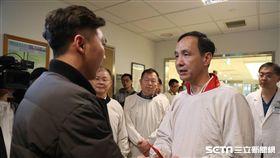 朱立倫赴亞東醫院探視受傷員警 新北市府提供