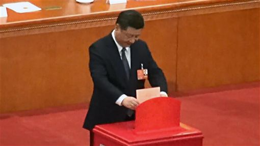 習近平投票中國13屆全國人大一次會議11日下午以2958票贊成、2票反對、3票棄權、1票無效、16人缺席,通過憲法修正案,正式取消國家主席連任限制,並將習近平思想、監察委員會等內容入憲。圖為中共總書記習近平投票畫面。中央社記者繆宗翰北京攝 107年3月11日