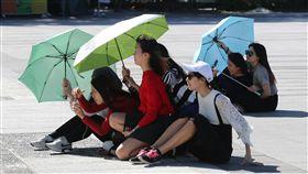 天氣回暖(2)中央氣象局表示,28日全台天氣大幅回暖,西半部高溫約攝氏29到31度,民眾把握好天氣,到戶外景點走走、拍照。中央社記者張皓安攝 106年11月28日