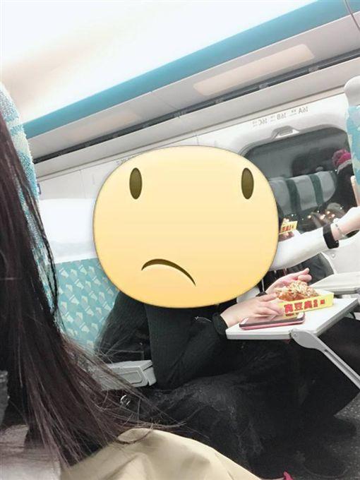 高鐵內吃臭豆腐_爆廢