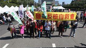 311廢核大遊行(2)福島核災屆滿7週年,環保團體今年也走上街頭,11日下午311廢核大遊行在凱道登場,現場擺設太陽能發電板。中央社記者吳家昇攝 107年3月11日