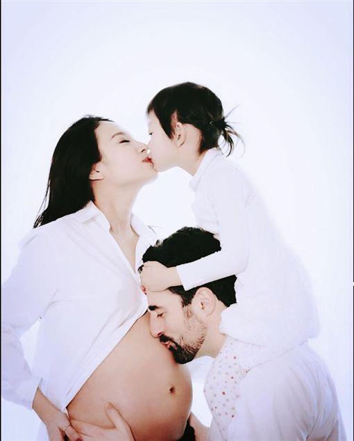 梨梨醬曾經吵著說要1個哥哥,她只能滿懷歉意的說:「抱歉媽媽生不出哥哥」。(圖/翻攝自臉書)