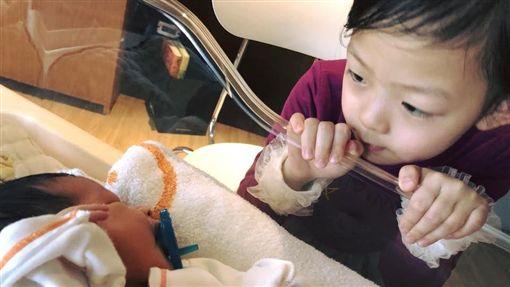 艾莉絲po出姊姊照顧弟弟超有愛的畫面,感動一票網友。(圖/翻攝自臉書)