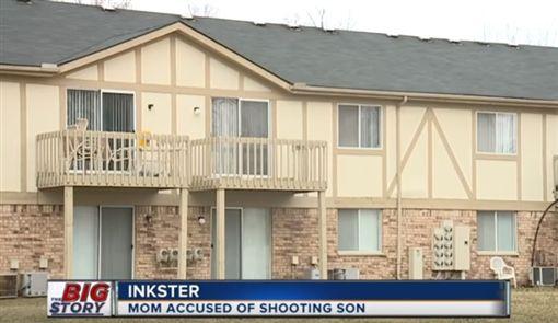 美國密西根州英克斯特一名17歲少年,因為不去學校被媽媽槍擊,導致他的肩膀中彈重傷,所幸少年送醫後情況算是穩定,而這名涉嫌槍殺兒子的媽媽已被當地警察拘捕。(圖/翻攝自YouTube《WXYZ-TV Detroit   Channel 7》)