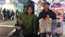 身障人士,顏面身障,身心障礙人士,擺攤賣公仔,嘉義文化路夜市。(記者郭奕均攝影)