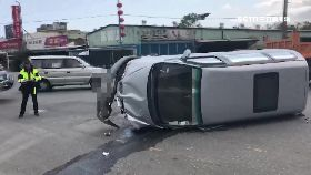 轎車砂石撞1600