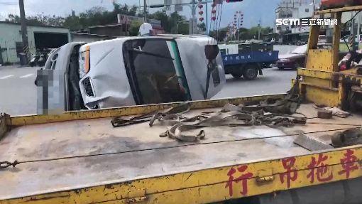 驚!砂石車與休旅車擦撞 整台側翻倒在路中央