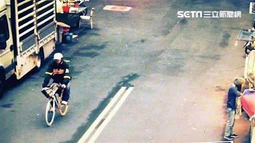 李男長期受失眠所苦,遂在捷運站周邊偷單車紓壓,警方根據衣著特徵循線逮人,全案訊後依竊盜罪送辦(翻攝畫面)