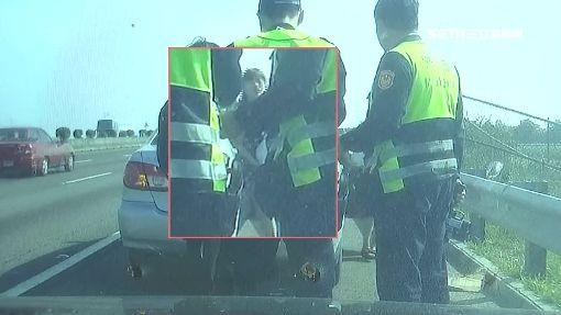 國道逼車員警神攔截 前座驚見婦人抱嬰兒