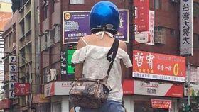 重機,乘客,站立,馬路,熱褲,爆廢公社 圖/翻攝自臉書爆廢公社