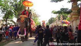 泰國孔敬府竹園縣一名富婆察維婉,日前舉辦功德儀式,她騎著大象出巡灑錢,現場數百人立刻瘋搶。察維婉表示,錢是送給民眾的,她這樣是在「做功德」。(圖/翻攝自泰國網)