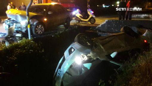 車禍撞破堤防衝入大排 2車相撞釀3傷