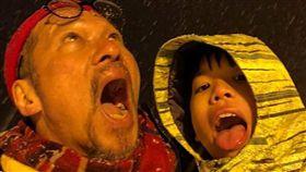 黃仲崑笑稱自己是用阿公的心態在當爸爸的。(圖/翻攝自臉書)