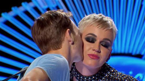 凱蒂佩芮在《美國偶像》奪走參賽者初吻/YouTube