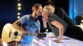 凱蒂佩芮在《美國偶像》奪走參賽者初吻/IG