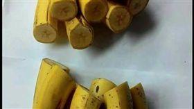 有網友日前買了一串香蕉,請女兒拿去切一半,不料女兒直接連皮將香蕉切一半,其他網友看到後,紛紛直呼「以後負妳女兒的男人該擔心了!」(圖/翻攝自爆笑公社)