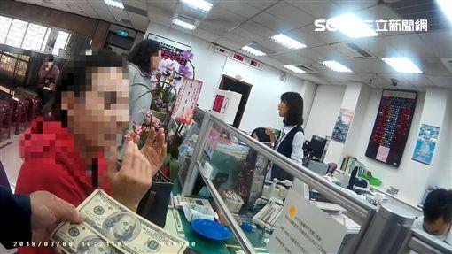 高雄市1名陳姓女服務生,五年前收到2張百元美鈔,最近拿去台灣銀行兌換,卻被行員發現是偽鈔,警方訊後將她依行使偽造貨幣罪送辦(翻攝畫面)\