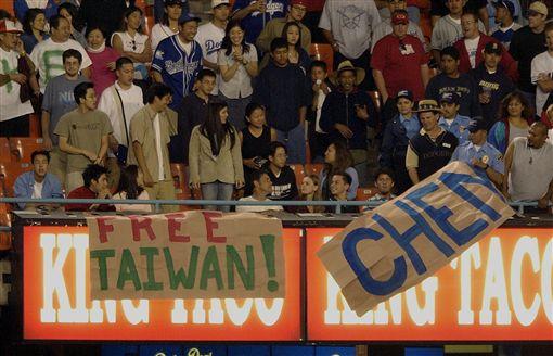 ▲大聯盟球迷養成近年來受到關注,圖為陳金鋒上大聯盟時,台灣民眾拿海報聲援。(資料照/美聯社/達志影像)