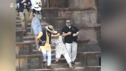 希拉蕊(Hillary Clinton)參觀印度宮殿連續滑倒兩次(圖/翻攝自《澎湃新聞》)