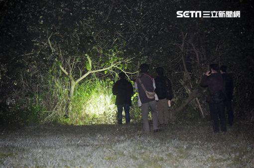 港女遭殺戮 員警摸黑竹圍捷運站草地搜刮 記者游承霖攝影
