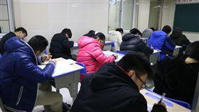 均標利多 陸高中台生被排除(2)中國大陸今年放寬讓學測均標生也可申請赴陸就讀大學,看似雨露均霑的「利多」,就讀大陸高中的台灣學生卻被排除在外,這批鎖定就讀大陸大學的台灣學生只好繼續埋頭準備5月份登場的港澳台聯招考試。中央社記者陳家倫上海攝 107年3月1日