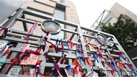 婦聯會大門口加油小卡片婦聯會8日舉辦慶祝婦女節大會,大門口綁了不少加油的小卡片。中央社記者謝佳璋攝  107年3月8日