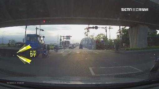 搶快!號誌燈有秒差 騎士慘被拖板車撞飛