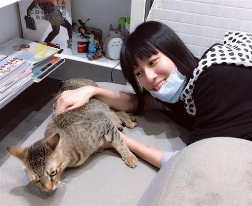 連俞涵為了新戲《奇蹟的女兒》,對貓猛練台語。(圖/翻攝自臉書)