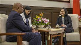 蔡英文總統上午接見聖露西亞駐台大使艾曼紐(Hubert Emmanuel)。(圖/總統府提供)