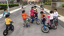孩童騎腳踏車車聚(圖/翻攝自爆廢公社)