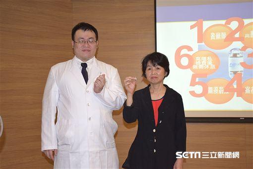 亞東醫院肝膽胃腸科醫師黃天助(左)申明何謂膠囊內視鏡。(圖/亞東病院提供)