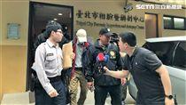 潘父在警方護送下前往機場(楊忠翰攝)