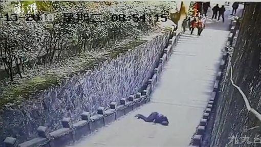大陸安徽省池州市青陽縣九華山風景區「肉身寶殿」發生遊客墜落身亡的意外(圖/翻攝自《澎湃新聞》)