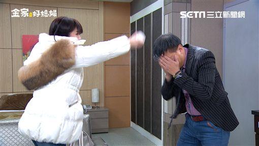 韓瑜拿著化妝粉攻擊鄭仲茵手下