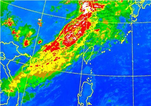 老大洩天機/左圖:今(15日)晨5時紅外線色調強化衛星雲圖顯示,隨著鋒面逐漸接近,台灣上空的中高雲將愈來愈增厚。