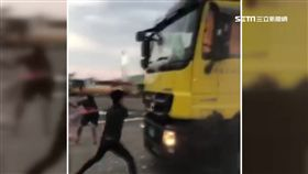 黑衣人持信號彈砸車尋仇 竟還囂張自拍
