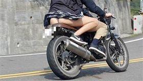 一名重機騎士載著短裙辣妹行駛在山區路上,不料氣流太強,後座辣妹的裙子飄起,渾圓的屁股與丁字褲一覽無遺。其他網友看到照片後,紛紛笑虧「hen通風」、「攝影師真的厲害」。(圖/翻攝自爆廢)