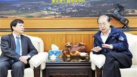 2014年中鋼公司執行副總經理林弘男(左)與金門縣長李沃士見面,交換金門水資源處理意見。(圖/翻攝自金門日報)