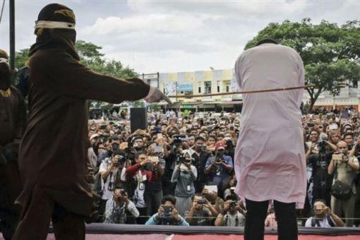 印尼亞齊特區(Aceh)公開對違反法律的人施以鞭刑(圖/翻攝自推特)