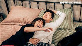 李國毅(右)謝欣穎(左)拍攝床戲笑倒眾人。(圖/歐銻銻娛樂提供)
