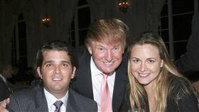 唐納川普(Donald Trump,圖中)與長子小唐納川普(Donald Trump Jr,圖左)、長媳凡妮莎川普(Vanessa Trump,圖右)。(圖/美聯社/達志影像)