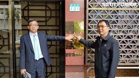 中華民國鐵人三項協會理事長劉玉峰,在律師鄭森元陪同下,前往台北地檢署提出告訴。翻攝照片